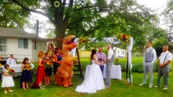 disfraz de t-rex en boda